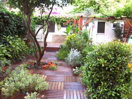 Jard n con tarima 1 parte for Jardines verticales con tarimas