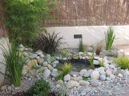 Fotos de peque o estanque con cascada trabajo realizado for Estanque jardin pequeno