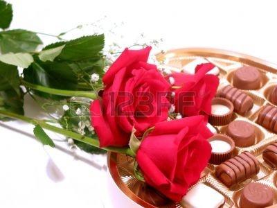 353184-rosas-rojas-con-forma-de-caja-de-bombones-sobre-fondo-blanco.jpg