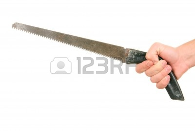 6382459-mano-sostiene-sierra-manual-sobre-fondo-blanco.jpg