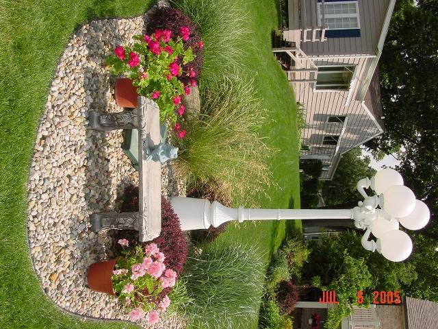 Decorar una peque a pendiente junto a la piscina fotos for Como decorar un jardin con piscina