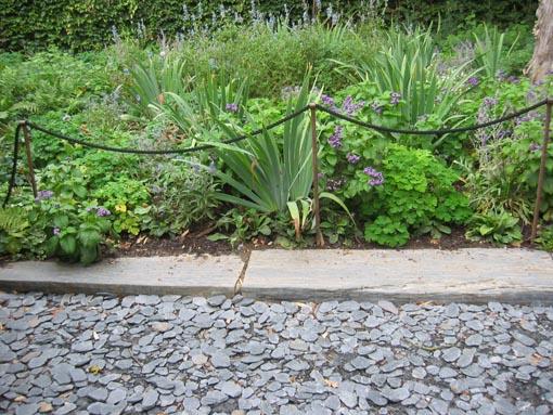 Solado o enlosado de jard n con pizarra reciclada de un tejado for Pizarra para jardin