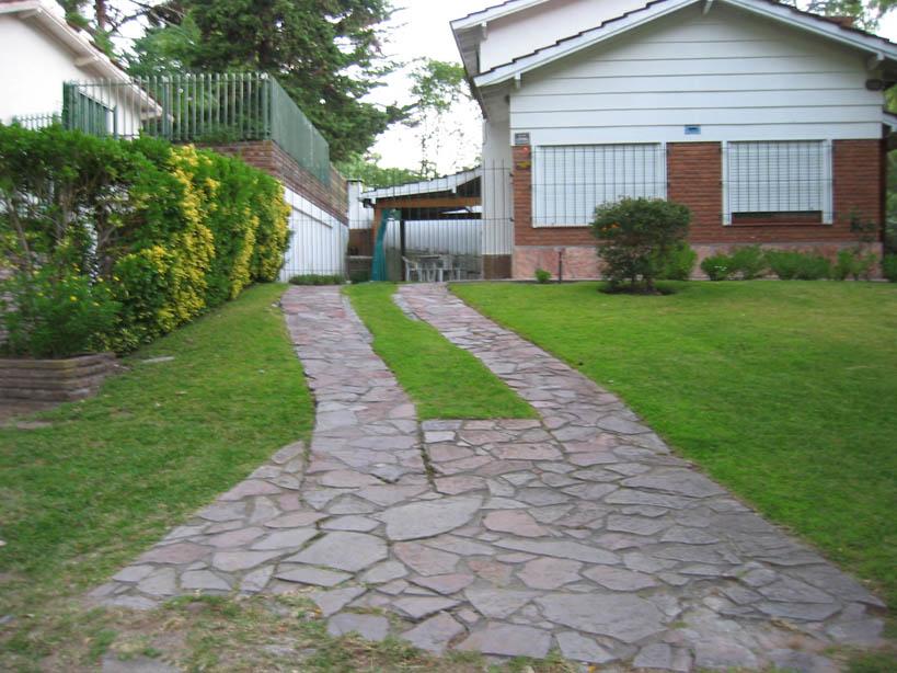 Entradas de garaje decorado con plantas fotos for Como colocar adoquines en el jardin