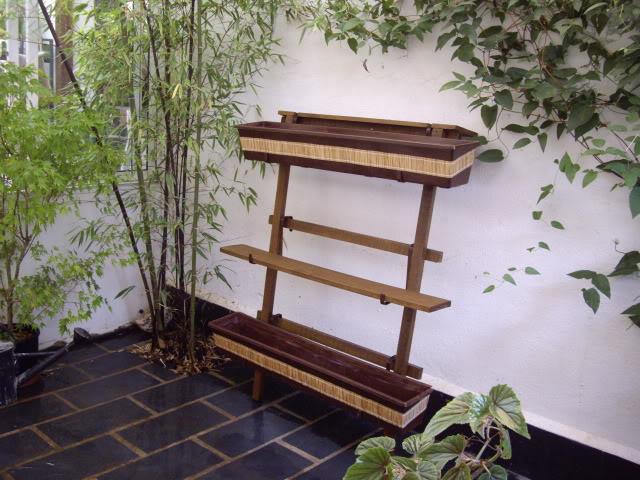 Estante de madera para plantas for Que plantas poner en una jardinera