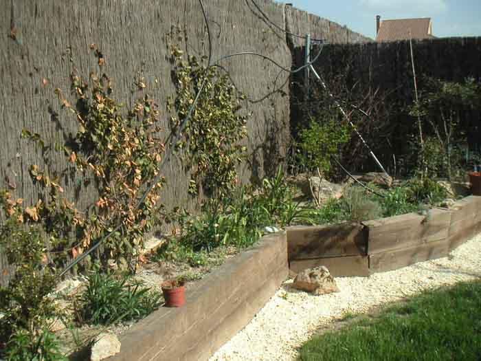 Elegir plantas para jardineras con traviesas - Jardinera grande barata ...