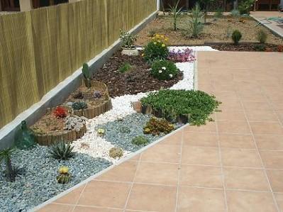 Arreglar peque a zona de jard n de secano - Jardines con gravilla ...