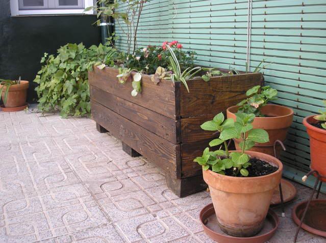 Jardinera hecha con tablas de palets - Jardineras con palets ...