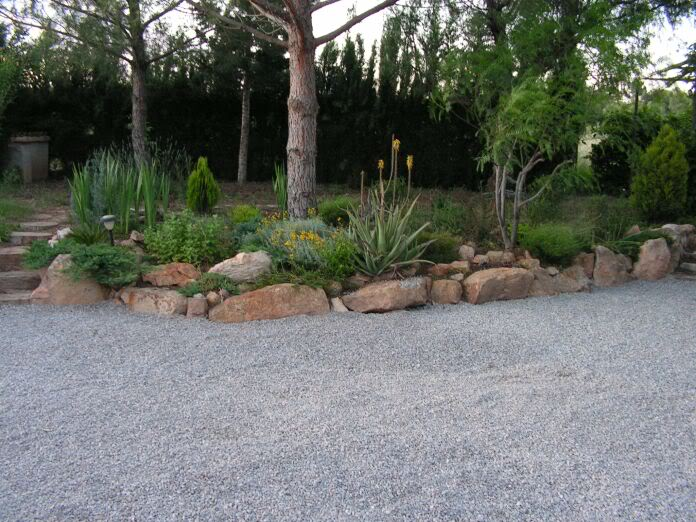 Grava para el paso y aparcamiento de los coches se for Decoracion jardin grava